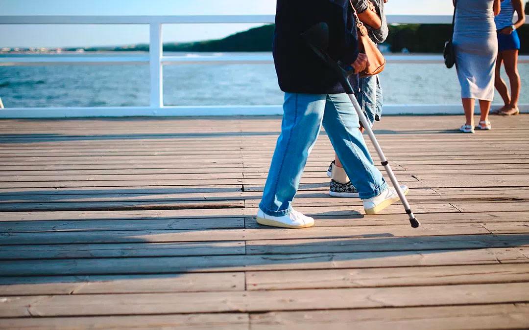 El correcto uso del bastón. Como caminar,  subir o bajar escaleras con ellos y más.